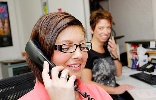 Zwei Mitarbeiterinnen von GL8 am Telefon